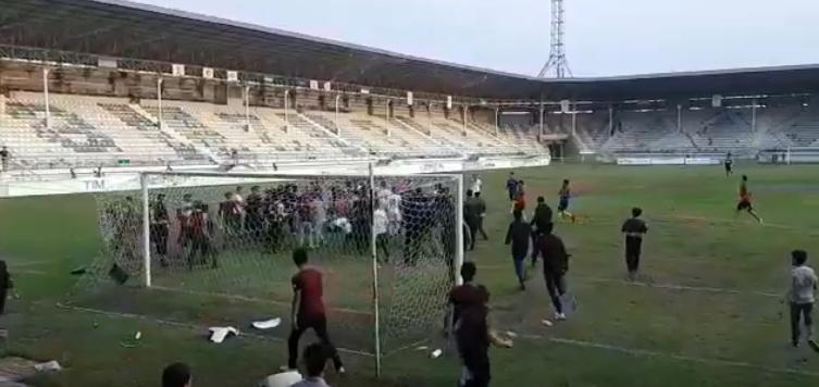 ŞOK - Lənkəranda azarkeşlər oyun zamanı 17 yaşlı futbolçunu döydü (VİDEO)