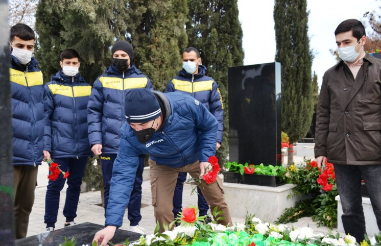 """""""Kəpəz""""in kollektivi Şəhidlər Xiyabanını ziyarət edib - FOTOLAR"""