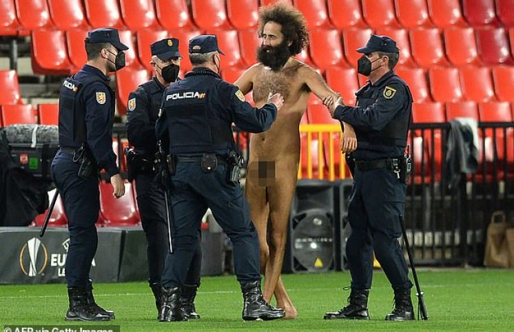 Avroliqa matçında stadiona lüt azarkeş girdi, oyun dayandırıldı - FOTOLAR